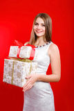 Schönes Mädchen mit dem langen Haar mit Geschenkbox Stockfoto