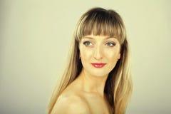 Schönes Mädchen mit dem langen Haar und Make-up im Studio Lizenzfreie Stockfotografie