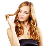 Schönes Mädchen mit dem langen wellenförmigen Haar Lizenzfreie Stockfotografie
