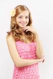 Schönes Mädchen mit dem langen wellenförmigen Haar auf Grau Stockbilder
