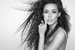 Schönes Mädchen mit dem langen wellenförmigen Haar Gelockte Frisur des Brunette Stockbilder