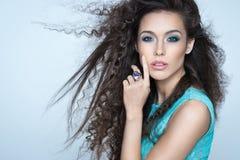 Schönes Mädchen mit dem langen wellenförmigen Haar Gelockte Frisur des Brunette Stockfotografie