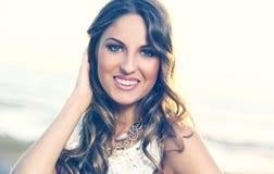 Schönes Mädchen mit dem lockigen Haar Lizenzfreie Stockfotografie
