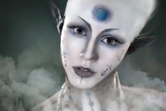 Schönes Mädchen mit dem mysteriösen Make-up Ausländer Stockfotos