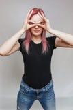 Schönes Mädchen mit dem rosafarbenen Haar Stockfoto