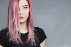 Schönes Mädchen mit dem rosafarbenen Haar Lizenzfreie Stockbilder
