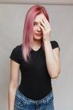 Schönes Mädchen mit dem rosafarbenen Haar Lizenzfreies Stockfoto