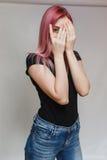 Schönes Mädchen mit dem rosafarbenen Haar Lizenzfreie Stockfotos