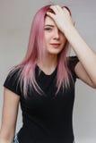 Schönes Mädchen mit dem rosafarbenen Haar Stockbilder