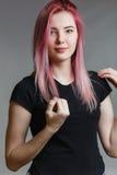 Schönes Mädchen mit dem rosafarbenen Haar Stockfotografie