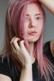Schönes Mädchen mit dem rosafarbenen Haar Lizenzfreies Stockbild