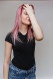 Schönes Mädchen mit dem rosafarbenen Haar Lizenzfreie Stockfotografie