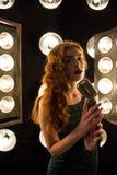 Schönes Mädchen mit dem roten langen Haarlächeln Lizenzfreie Stockfotografie