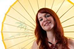 Schönes Mädchen mit dem Sonnenschirmlächeln. Stockfoto