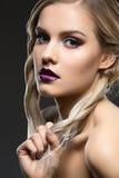 Schönes Mädchen mit den dunklen purpurroten Lippen Stockfotografie
