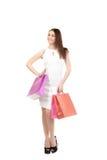 Schönes Mädchen mit den Einkaufstaschen, in voller Länge stockbilder