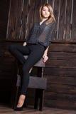 Schönes Mädchen mit den langen Beinen und dem blonden Haar Lizenzfreies Stockfoto