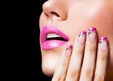 Schönes Mädchen mit den rosa Lippen und den Nägeln stockfotografie