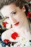 Schönes Mädchen mit den rosafarbenen Blumenblättern Lizenzfreie Stockbilder