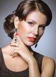 Schönes Mädchen mit den roten Lippen in der schwarzen Kleidung in Form von Retro- Schönes lächelndes Mädchen Stockbilder