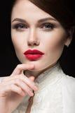 Schönes Mädchen mit den roten Lippen in der weißen Kleidung in Form von Retro- Schönes lächelndes Mädchen Lizenzfreies Stockbild