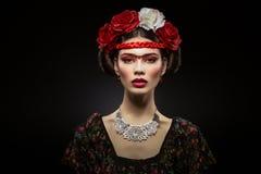 Schönes Mädchen mit den roten Lippen und den Blumen stockfotografie