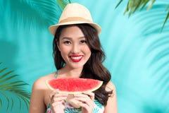 Schönes Mädchen mit den roten Lippen Wassermelone essend Stockfotos