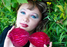 Schönes Mädchen mit den roten Rüben stockfotos