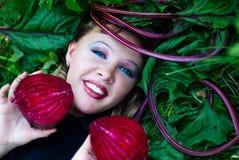 Schönes Mädchen mit den roten Rüben stockfotografie