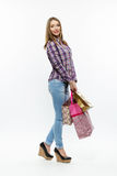 Schönes Mädchen mit den shoping bsgs lokalisiert Stockbilder