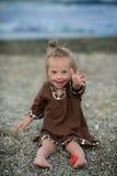 Schönes Mädchen mit Down-Syndrom auf dem Strand Stockbild