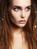 Schönes Mädchen mit Dreadlocks und Make-up Lizenzfreie Stockfotos