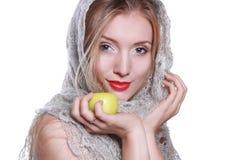 Schönes Mädchen mit einem Apfel Stockbilder