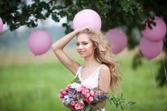 Schönes Mädchen mit einem Blumenstrauß Stockfoto