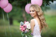 Schönes Mädchen mit einem Blumenstrauß Stockbild