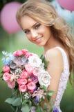 Schönes Mädchen mit einem Blumenstrauß Lizenzfreies Stockbild