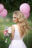 Schönes Mädchen mit einem Blumenstrauß Lizenzfreie Stockbilder