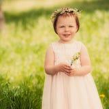 Schönes Mädchen mit einem Blumenstrauß von Maiglöckchen Stockfotos