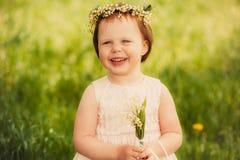 Schönes Mädchen mit einem Blumenstrauß von Maiglöckchen Stockfoto