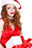 Schönes Mädchen mit einem Geschenk auf einem weißen Hintergrund Lizenzfreies Stockfoto