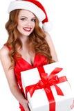 Schönes Mädchen mit einem Geschenk auf einem weißen Hintergrund Stockfotos