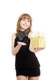 Schönes Mädchen mit einem Geschenkkasten. Stockfoto