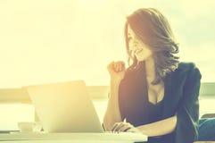Schönes Mädchen mit einem hellen Lächeln, junger schöner asiatischer Arbeitserfolg Lizenzfreie Stockbilder