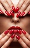 Schönes Mädchen mit einem klassischen Make-up und roten Nägeln Maniküredesign Schönes lächelndes Mädchen lizenzfreies stockbild