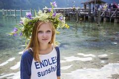 Schönes Mädchen mit einem Kranz von Blumen auf ihrem Kopf Stockfotos
