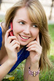 Schönes Mädchen mit einem Mobiltelefon Lizenzfreie Stockfotografie