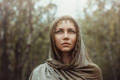 Schönes Mädchen mit einem Schal auf ihrem Kopf Lizenzfreie Stockfotografie