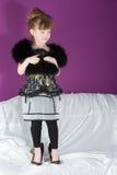 Schönes Mädchen mit einem Schal des schwarzen Pelzes Lizenzfreie Stockbilder