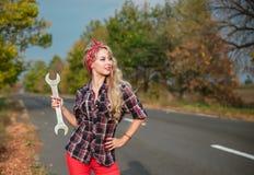 Schönes Mädchen mit einem Schlüssel lizenzfreies stockfoto
