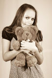 Schönes Mädchen mit einem Spielzeug ein Bär Teddybär. stockbilder